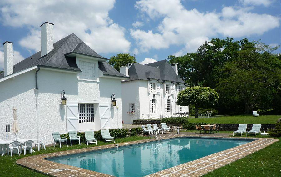 Le Chai et son Appartement situés devant la piscine