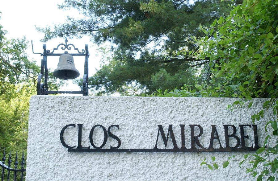 Entrée de la domaine de Clos Mirabel - mur blanc et lettres noires