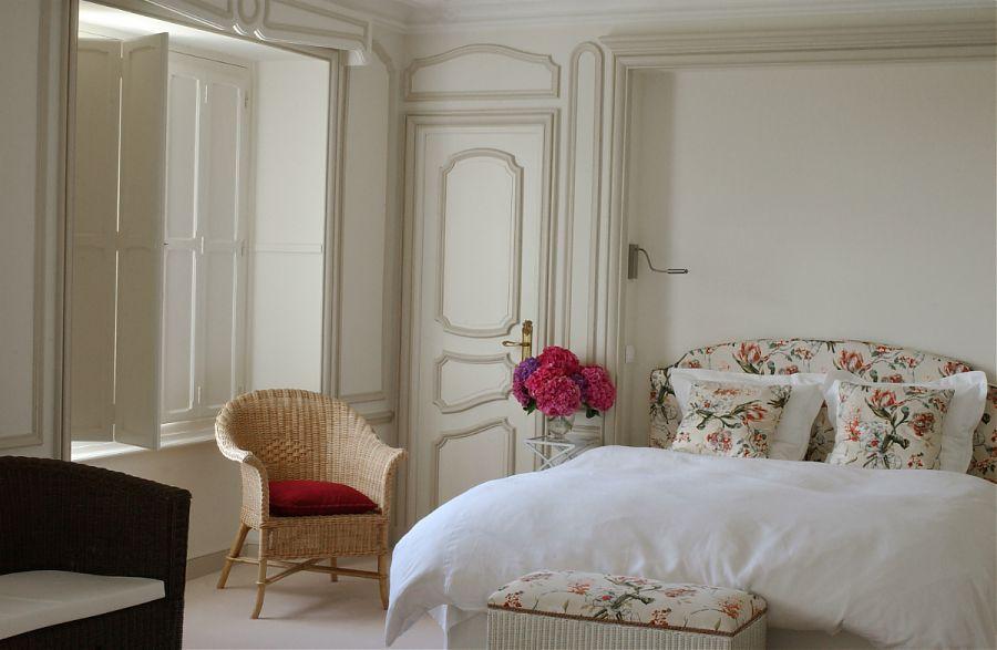 chambre des maitres avec grande lit - oreillers floraux