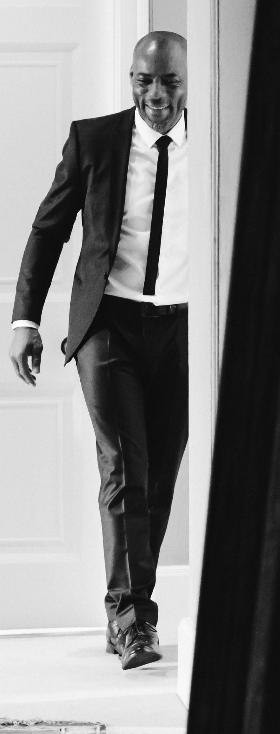 homme noire en costume - souriant - image en noire et blanc