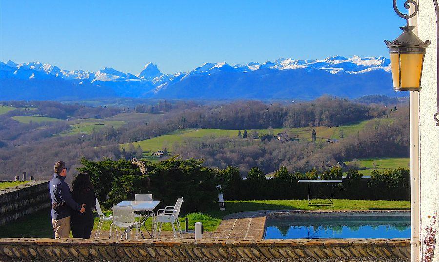 Couple, près de la piscine en regardant les montagnes . les montagnes ont de la neige sur le sommet