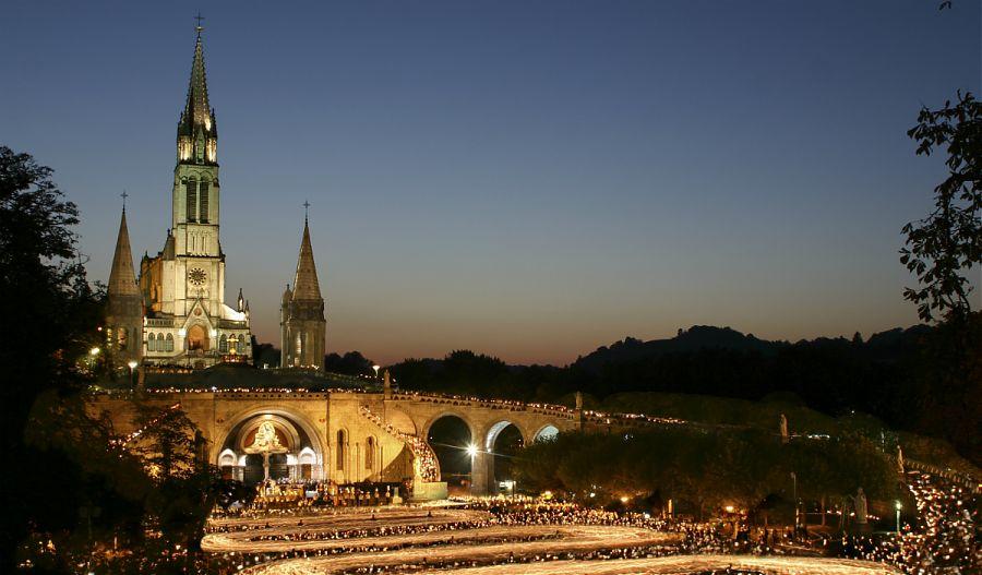 Image-de-lourdes-église-extérieur-vue-prise-à-la-nuit