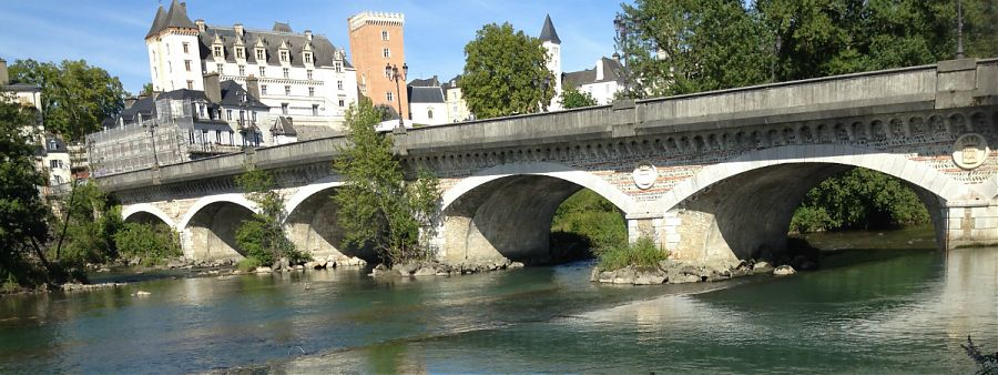 River-with-bridge-and-Pau-chateau-in-background