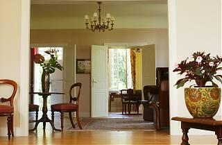 perspective du salon nord avec fleurs chaise et bureau