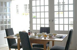 L'appartement du chai -coin salle à manger table dressée pour le petit déjeuner-