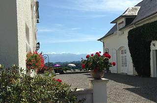 Clos Mirabel la cour intérieure - vue sur les pyrenees