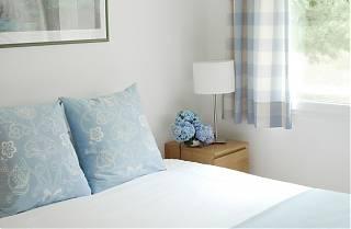 La Conciergerie - La Chambre Bleue - lit grande, coussins bleus, fleurs bleus, lampe.