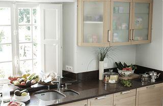 La cuisine avec un bol de fruits et legumes -Location Meublées