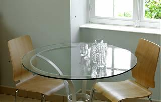 Coin repas - table et deux chaise dans la cuisine du appartement - location meublées
