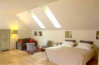 chambre-studio style american loft, grande lit, lit sofa et deux chaise