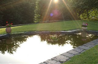 La marre à poisson à l'aube dans le jardin de Clos Mirabel