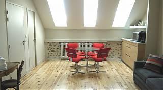 Studio de 30m2 - Le Coin Repas avec chaises rouges et Cuisinette