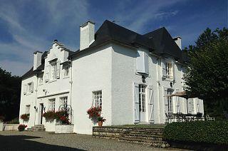 le Manoir de Clos Mirabel - maison blanche-terrasse avec table et parasol