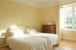 la chambre jeune avec deux lits décoré de couleur jeune
