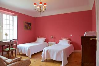 chambre rose avec deux lits