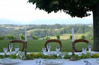table préparée pour le dîner avec vue sur les pyrenees en arrière-plan