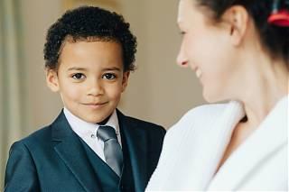 jeune garçon en costume