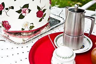théière et pot de café sur le plateau rouge