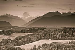 Les Pyrénées en hiver - Montagnes avec neige et champs recouverts de givre
