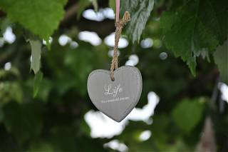 Coeur décoratif suspendu d'un arbre