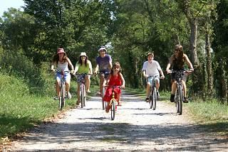famille sur les bicyclettes au Béarn des Gaves