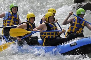 Sports d'eaux vives cinq adultes dans un kayak sur la rivière