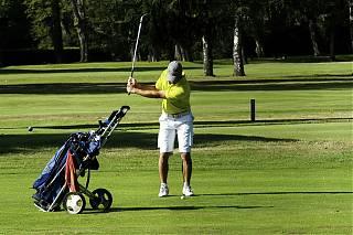 Homme joue au golf au Golf Club de Pau