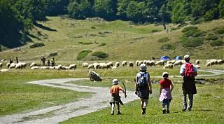 Famille se promène au pied du Pic du Midi d'Ossau