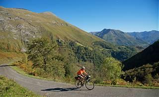 Cycliste dans le Pyrenees vers col de Houratate