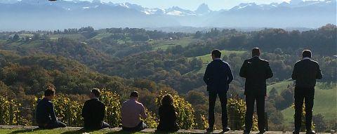 7 personnes regardent les montagnes